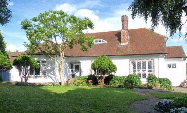 3 Bedrooms Detached Bungalow for sale in Chenies Avenue, Little Chalfont, Buckinghamshire, HP6