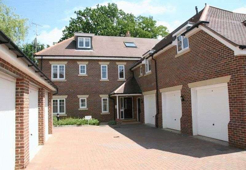 2 Bedrooms Flat for sale in Cranwells Lane, Farnham Common, Buckinghamshire SL2