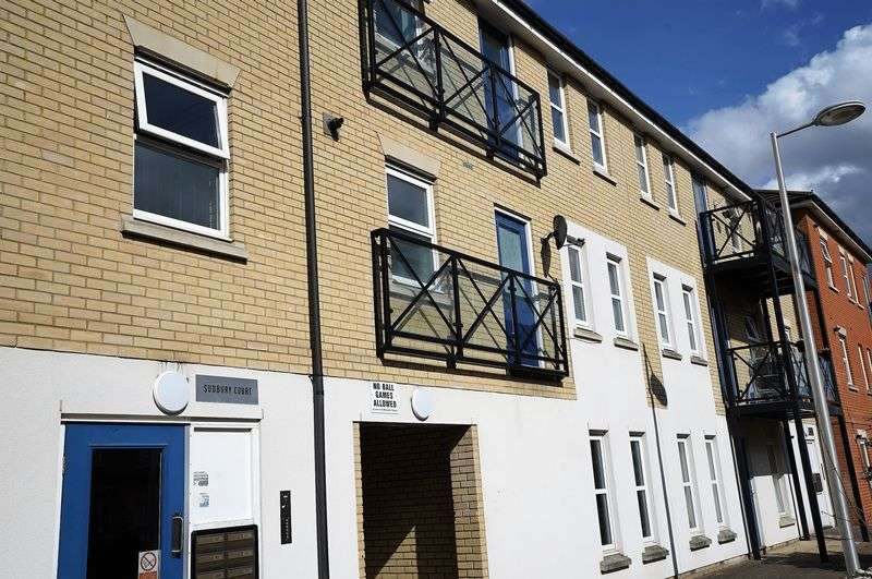 2 Bedrooms Flat for sale in Glandford Way, Romford