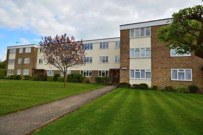 2 Bedrooms Flat for sale in Wyatts Drive, Thorpe Bay, Essex