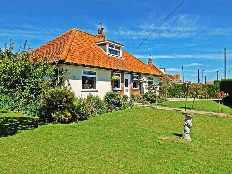 4 Bedrooms Bungalow for sale in Beach Drive, Scratby, Great Yarmouth, Norfolk, NR29