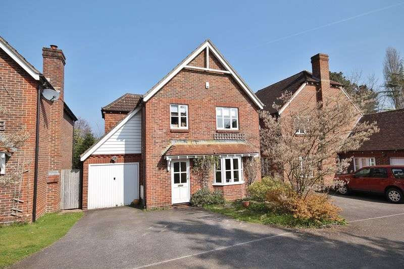 4 Bedrooms Detached House for sale in Amberley Close, Storrington