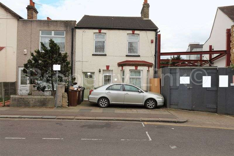 2 Bedrooms Flat for sale in Two Bedroom (first floor) flat located close to Barking Train Station