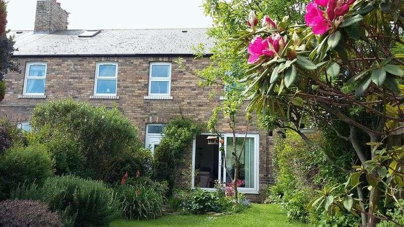 3 Bedrooms Terraced House for sale in Grangewood Terrace, Stobswood - Three Bedroom Mid Terrace House