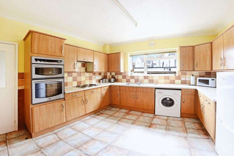 2 Bedrooms Flat for sale in Westminster Court, Marine Drive, Barton On Sea, BH25