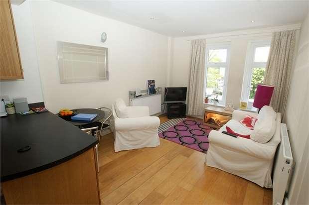 2 Bedrooms Flat for sale in Hersham Road, WALTON-ON-THAMES, Surrey