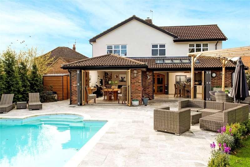 4 Bedrooms Detached House for sale in Smithwood Avenue, Cranleigh, Surrey, GU6