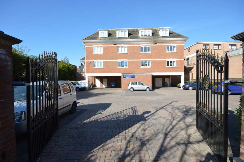 3 Bedrooms Penthouse Flat for sale in Station Road, New Milton