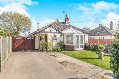 2 Bedrooms Bungalow for sale in Tendring, Clacton On Sea, Essex