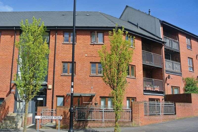 2 Bedrooms Flat for sale in Oakridge Road, Basingstoke