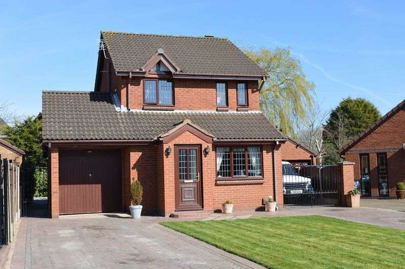 3 Bedrooms Detached House for sale in Avebury Close, Lowton