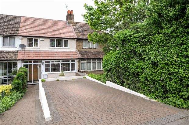 3 Bedrooms Terraced House for sale in Chipstead Valley Road, COULSDON, Surrey, CR5 3BE