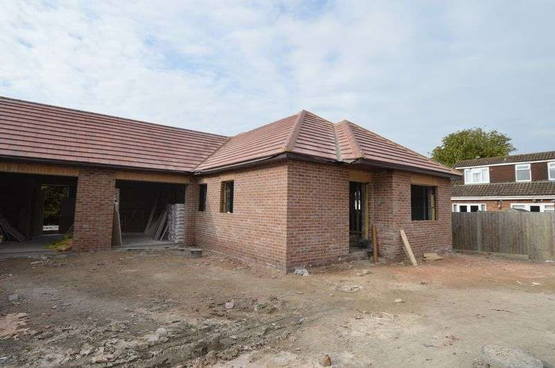 2 Bedrooms Detached Bungalow for sale in Village Court, Stubbington, Fareham