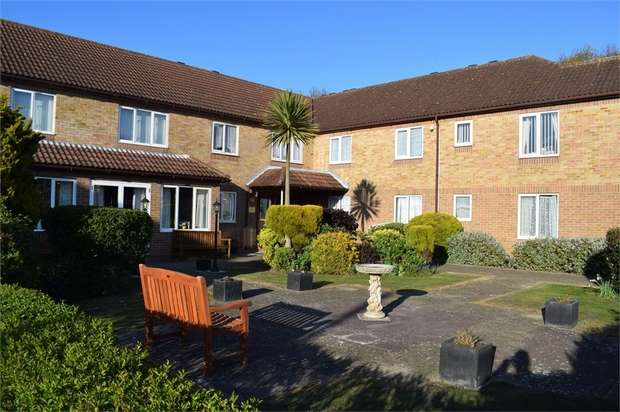 2 Bedrooms Flat for sale in Coppins Road, Clacton-on-Sea, Essex