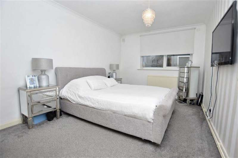 2 Bedrooms Flat for sale in Cedar Court, Epping