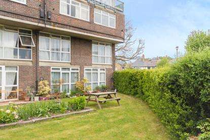 2 Bedrooms Maisonette Flat for sale in Carlton House, Goral Mead, Rickmansworth