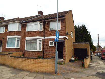 3 Bedrooms Semi Detached House for sale in Hainault, Ilford, Essex