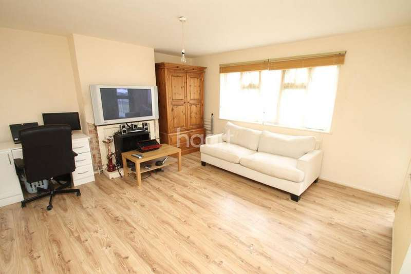3 Bedrooms Flat for sale in Heathcote Court, Clayhall