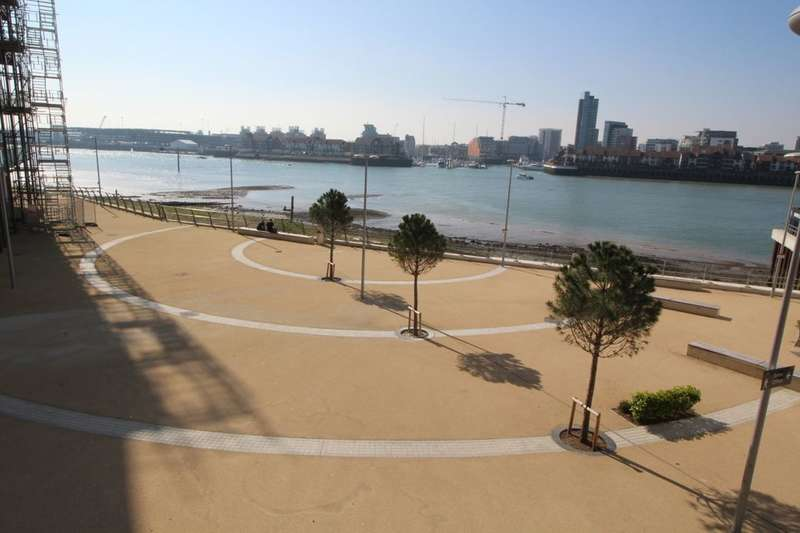 2 Bedrooms Flat for sale in Centenary Plaza, Southampton, SO19