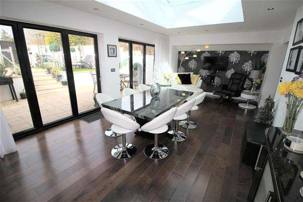3 Bedrooms Bungalow for sale in Windrush Road, Swindon