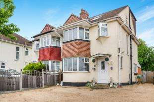 4 Bedrooms Semi Detached House for sale in Leatherhead Road, Chessington