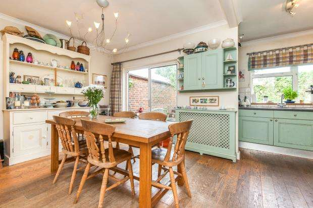 4 Bedrooms Semi Detached House for sale in Walton On Thames, Surrey