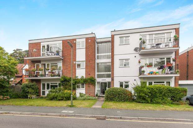 2 Bedrooms Flat for sale in Hilgay, Guildford, Surrey