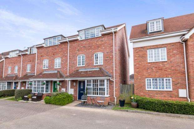 4 Bedrooms End Of Terrace House for sale in Hook, Hampshire