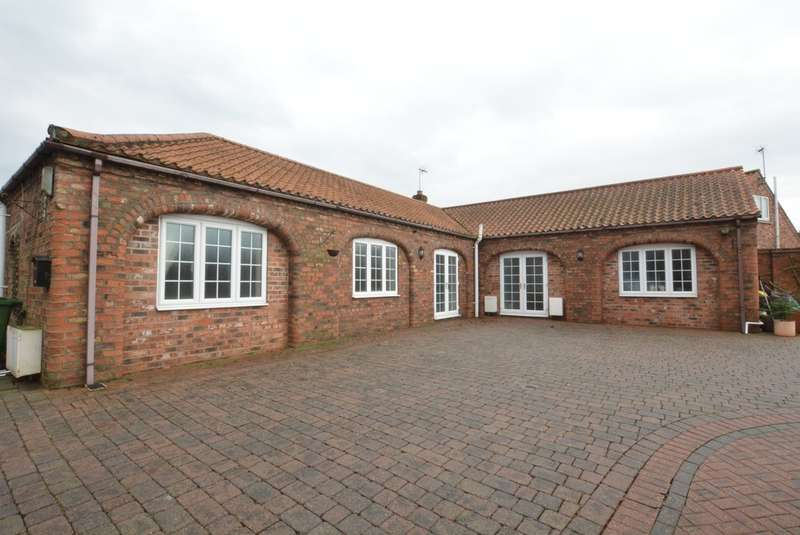 2 Bedrooms Detached Bungalow for sale in High Street, Hook