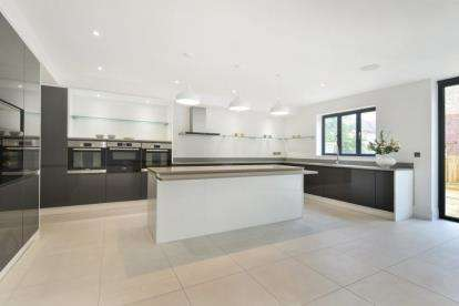 5 Bedrooms Detached House for sale in Lower Rochester Road, Rochester, Kent