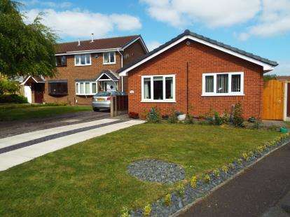 2 Bedrooms Bungalow for sale in Dundee Close, Fearnhead, Warrington, Cheshire, WA2
