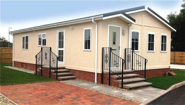2 Bedrooms Detached Bungalow for sale in Oaklands Residential Park, Glendale Road, Okehampton, Devon