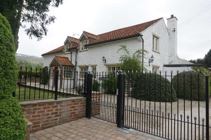 4 Bedrooms Cottage House for sale in Main Street, Potter Brompton, YO12 4PE