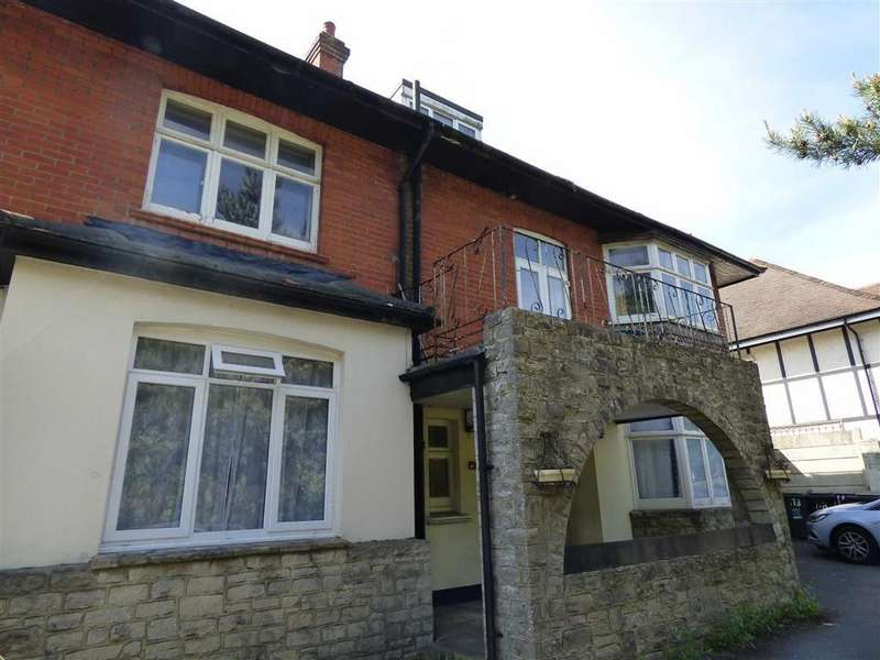 3 Bedrooms Flat for rent in Queens Park South Drive, Bournemouth, Dorset, BH8