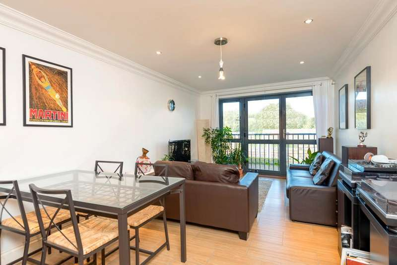2 Bedrooms Flat for sale in Mentmore Terrace, Hackney, London E8