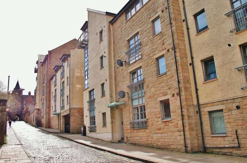2 Bedrooms Flat for sale in 8/7 Old Tolbooth Wynd, Old Town, Edinburgh EH8 8EQ