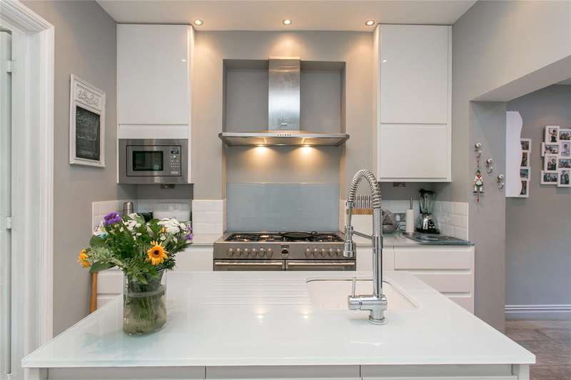 4 Bedrooms Detached House for sale in Rossiter Road, London, SW12