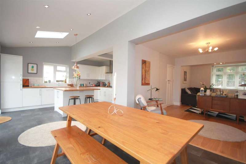 4 Bedrooms Semi Detached House for sale in EXTENDED AND REFURBISHED 4 BED IN Stratford Way, BOXMOOR