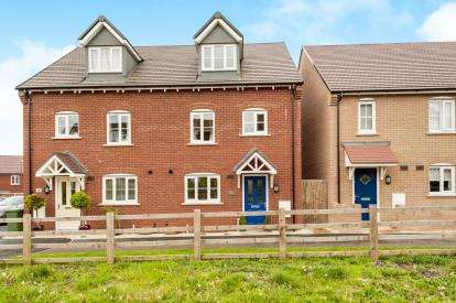 3 Bedrooms Semi Detached House for sale in Rede Close, Aylesbury, Buckinghamshire, .