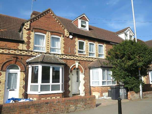 6 Bedrooms Terraced House for rent in St Peters Road, Earley, RG6 1NS