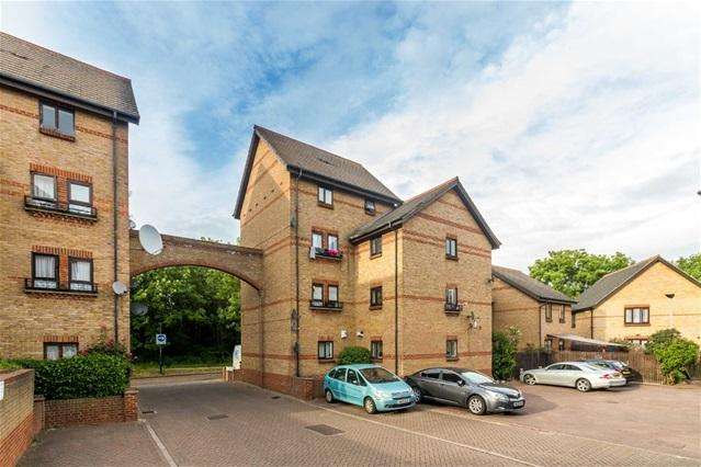 2 Bedrooms Flat for sale in Halleywell Crescent, Beckton