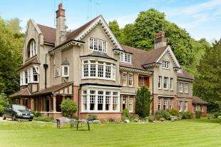 2 Bedrooms Flat for sale in The Chestnuts, 66 Harestone Valley Road, Caterham, Surrey