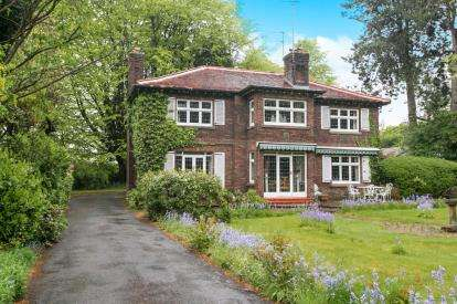 4 Bedrooms Detached House for sale in Dumbah Lane, Prestbury, Macclesfield, Cheshire
