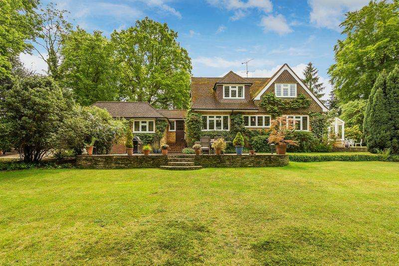 4 Bedrooms Detached House for sale in Furze Hill, Farnham