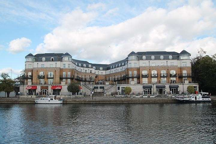 3 Bedrooms Flat for sale in Thames Edge Court, Clarence Street, Staines-Upon-Thames, TW18