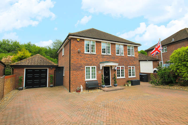 4 Bedrooms Detached House for sale in Farm Close, East Grinstead