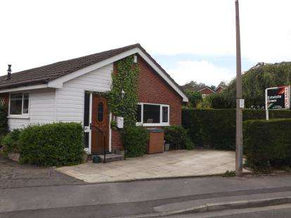 3 Bedrooms Bungalow for sale in Farfield, Penwortham, Preston, PR1
