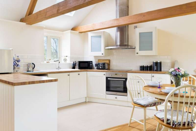5 Bedrooms Detached House for sale in Sevenhampton
