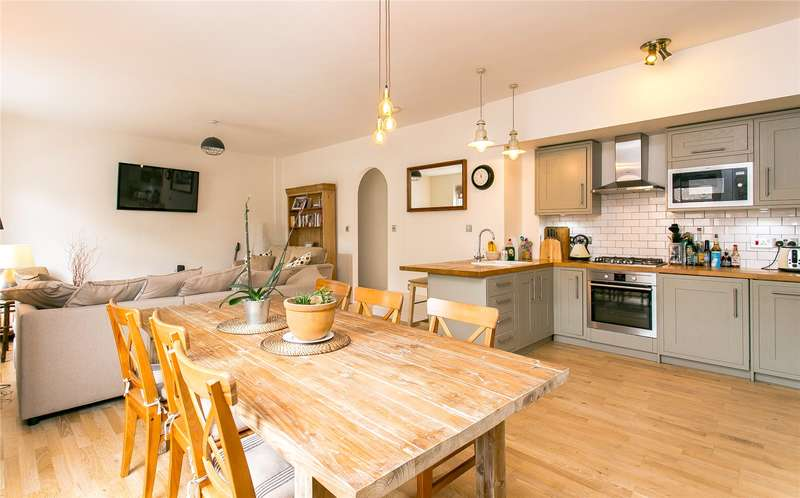 2 Bedrooms Flat for sale in Balham High Road, London, SW12
