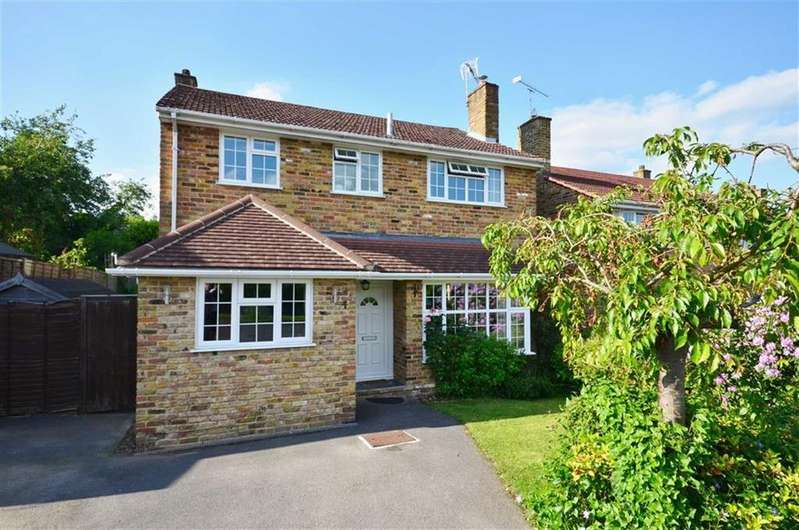 4 Bedrooms Detached House for sale in Derwent Close, Farnham